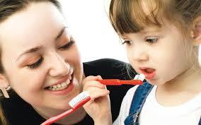 mae escovando dente